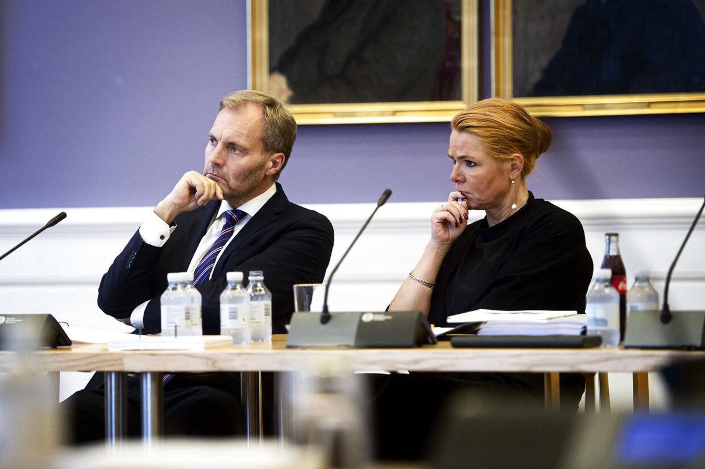 Dansk Folkepartis retsordfører, Peter Skaarup, der her sidder ved siden af Venstres næstformand, Inger Støjberg, kalder det helt absurd, at stadig flere dommere bijobber, mens antallet af uafsluttede retssager hober sig op. (Foto: Ida Guldbæk Arentsen/Ritzau Scanpix)