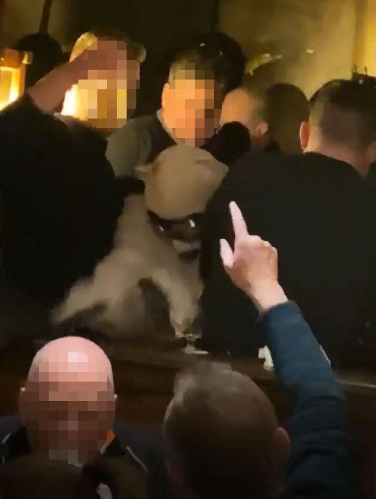 Foto taget inde fra baren Kitzloch viser, hvordan de besøgende står som sild i en tønde, og virussen dermed nærmest uhindret kan springe fra krop til krop.