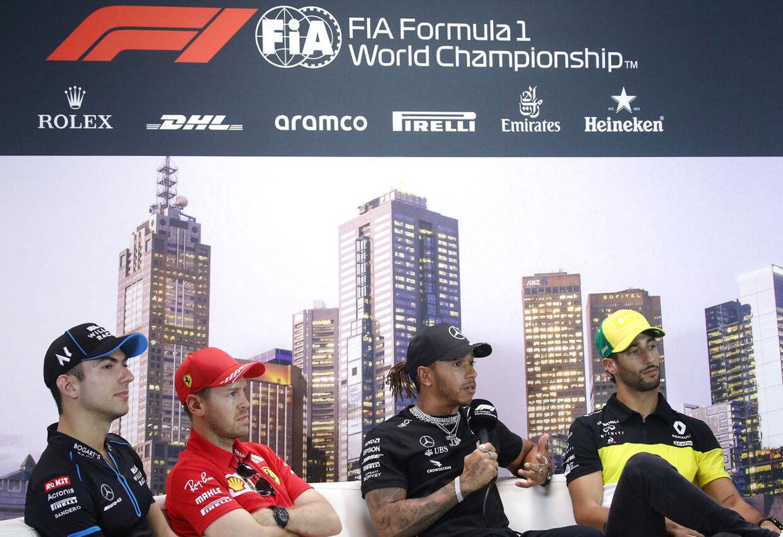 Lewis Hamilton (nummer to fra højre) på pressemødet med Nicholas Latifi (tv.), Sebastian Vettel og Daniel Ricciardo (th.).