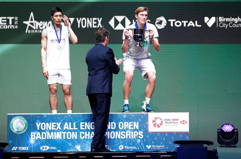 Poul-Erik Høyer, i midten, overrakte sejrstrofæet ved All England-turneringen til Viktor Axelsen.