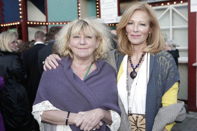 Veninderne Karen Thisted og Suzanne Bjerrehuus ved premieren på 'Cirkusrevyen' i 2012.