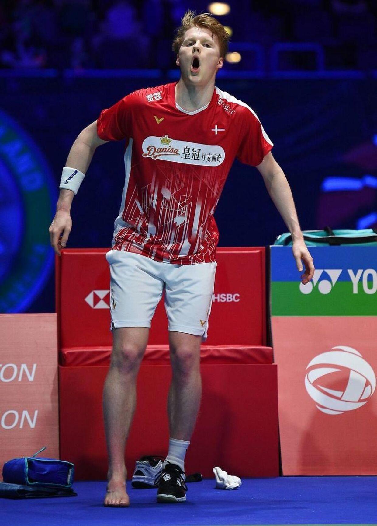 Så ondt havde Anders Antonsen, efter han i All England-semifinalen mod Chou Tien Chen var vrikket om på sin højre fod.