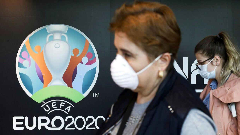 Sommerens EM i fodbold kan ende med at blive udskudt som følge af coronavirussen, der lige nu lukker europæiske lande ned på stribe.