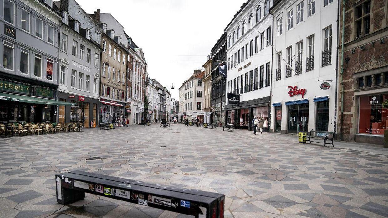 Flere gader og stræder ligger næsten øde i Danmark, efter folk blev opfordret til at holde sig inden døre pga. coronavirus. Her er det Amagertorv på Strøget i København mandag 16. marts 2020.