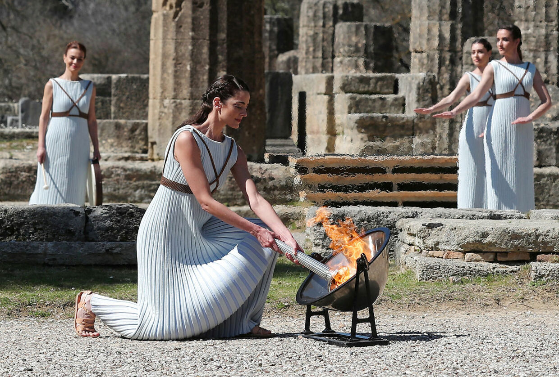 12. marts blev den olympiske ild tændt ved et arrangement i den græske by Olympia. De næste fire måneder vil OL-faklen i løbefart bevæge sig mod Tokyo, hvor der er åbningshøjtidelighed fredag 24. juli.