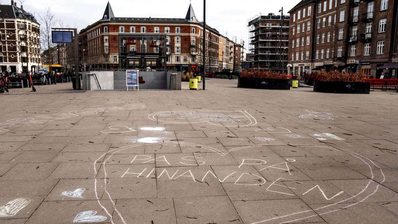 'Pas på hinanden' står der med kridt på Enghave Plads på Vesterbro. Det skal danskerne virkelig huske på, siger virolog. (Foto: Scanpix)