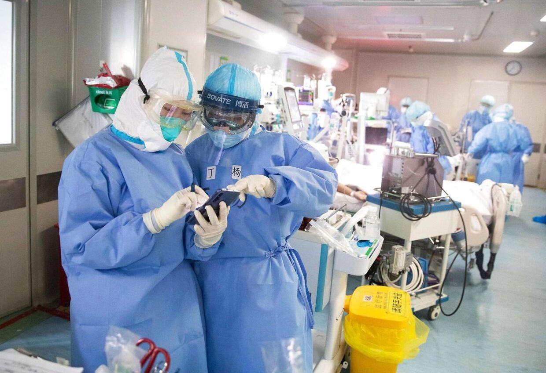 Kinesiske læger behandler patienter på et hospital i byen Wuhan, hvor corona tog sin begyndelse. Nu jagter forskere fra hele verden en kur mod sygdommen. (Photo by STR / AFP) / China OUT