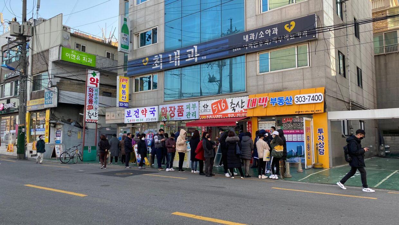 Folk står i kø for at købe masker i Sydkorea. Dit personnummer afgør, hvilken dag på ugen du må købe masker.