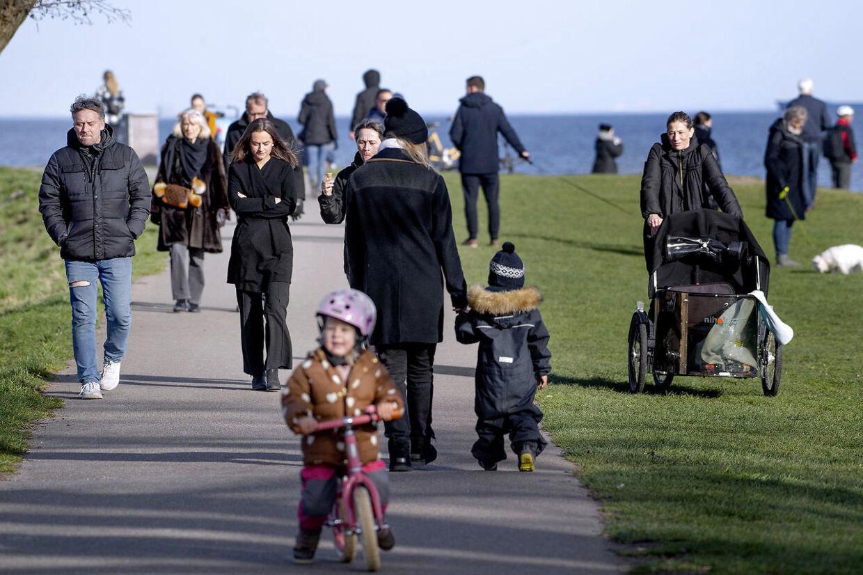 Danmark lukker ned pga af Corona-virus. Søndagsstemning på Charlottenlund Fort torsdag 19. marts 2020.
