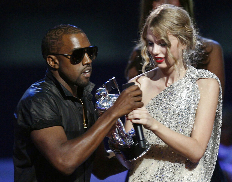 Kanye West snupper mikrofonen fra Taylor Swift, der lige har vundet en pris for årets musikvideo, fordi han mener, at Beyoncé skulle have haft den. MTV Video Music Awards i New York, september 2009.
