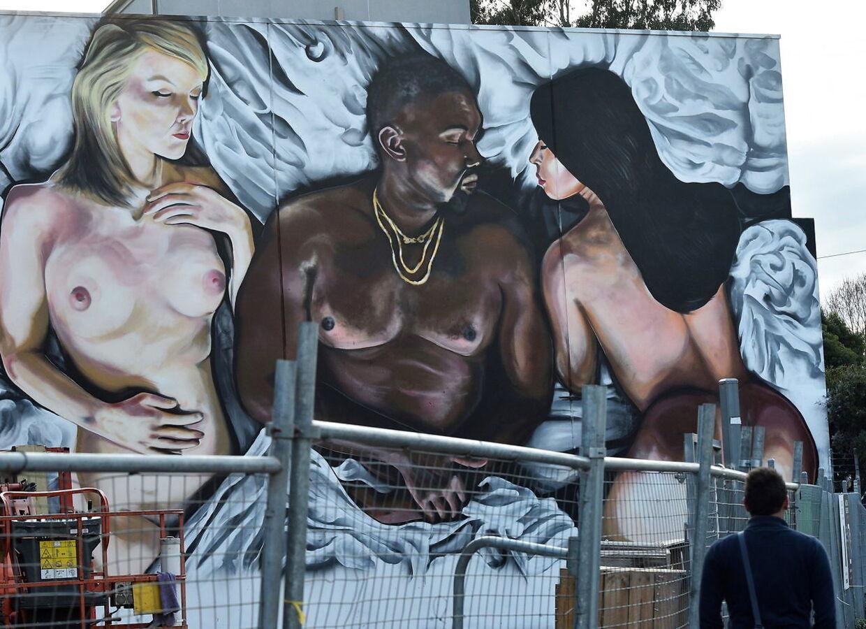 I musikvideoen til 'Famous' medvirkede nøgne voksdukker af 13 forskellige kendisser, som Kanye West rappede om. Heriblandt Taylor Swift. Her ses et vægmaleri af Taylor Swift, Kanye West og Kim Kardashian, som de fremstår i videoen.
