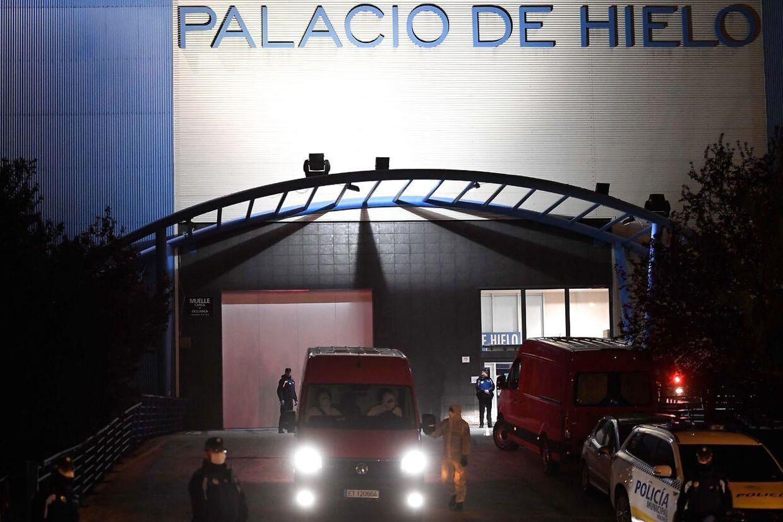 En skøjtehal i Madrid er midlertidigt blevet omdannet til et lighus på grund af de mange coronavirus-relaterede dødsfald i millionbyen.