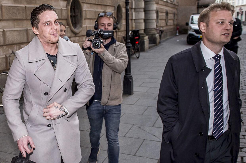 I serien på TV 2 Play åbner den danske fodboldspiller op for en svær tid, hvor druk og stoffer fyldte hans hverdag.