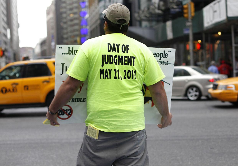 En frivillig spreder 'det glade budskab' på Times Square i New York. Her fra 'dommedag' i 2011.