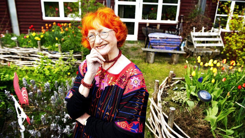 Skuespillerinde Jytte Abildstrøm fotograferet foran sit hjem i Mundsøgård i Roskilde.