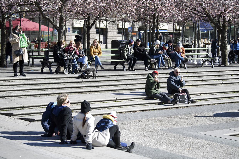 I mandagens gode vejr fandt svenskerne også sammen i parken Kungsträdgården i Stockholm.