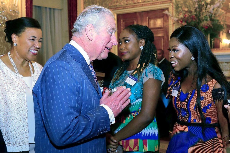 Prins Charles har i disse tider skiftet håndtrykket ud med en 'Namaste'-hilsen. Som her til en reception 9. marts.