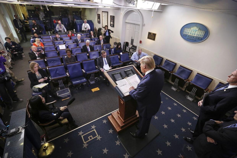 Der holdes sikker afstand imellem journalisterne under pressemøde med præsident Trump.