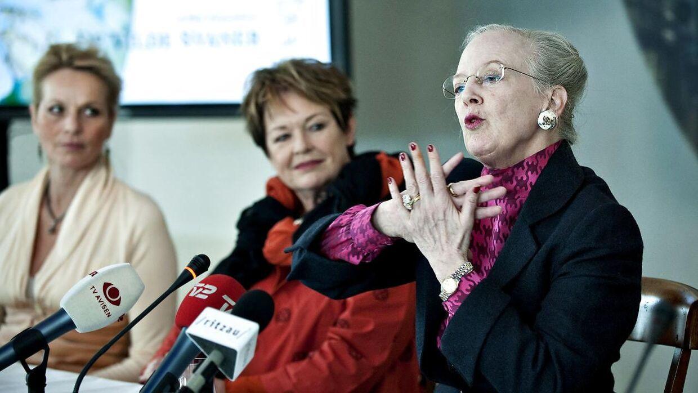 Dronningen og Ghita Nørby til pressemøde om 'De vilde svaner' i 2009.