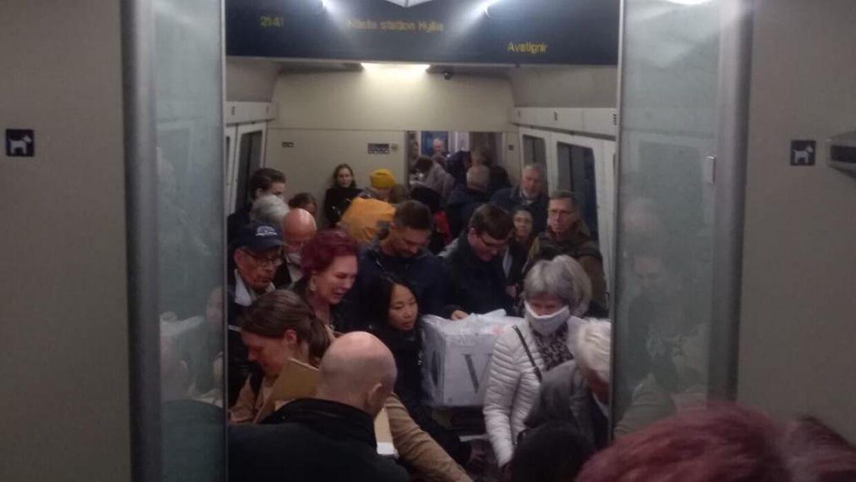 Den seneste uges tid har togpendlere oplevet, at det i visse situationer har været nærmest umuligt at holde de to meters afstand, som der anbefales.