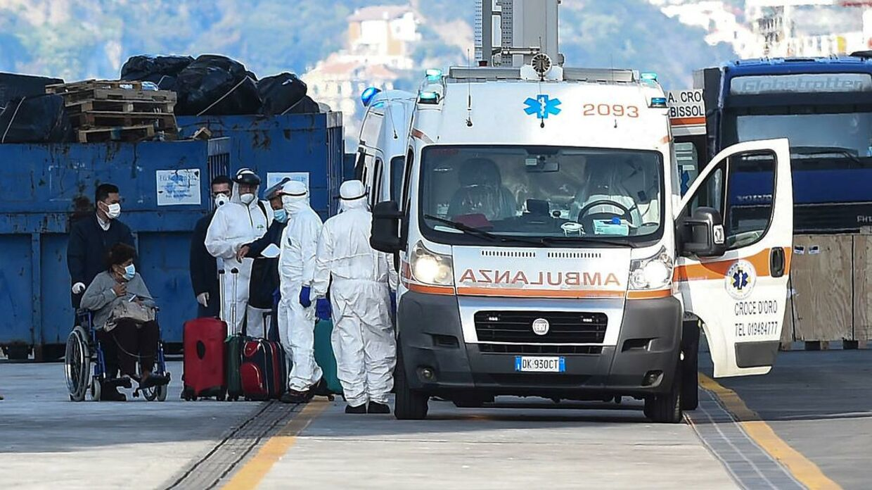 Passagerer kommer med en ambulance efter evakueringen af Costa Luminosa i Savona.