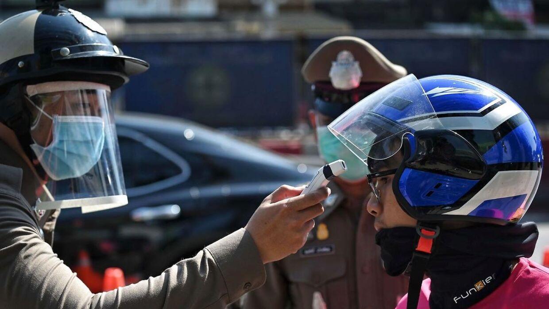 Flere steder i verden, her Thailand, tester myndighederne folks temperatur for at undgå yderligere smitte af covid-19.