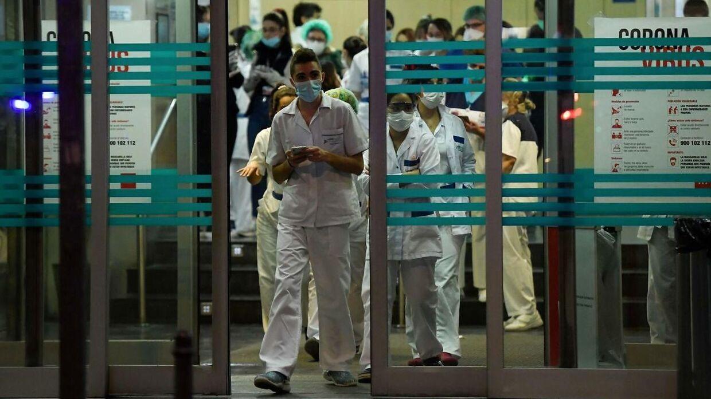 Det spanske sundhedspersonale kæmper en hård kamp for at behandle de mange coronapatienter, men der er hverken sengepladser eller værnemidler nok.