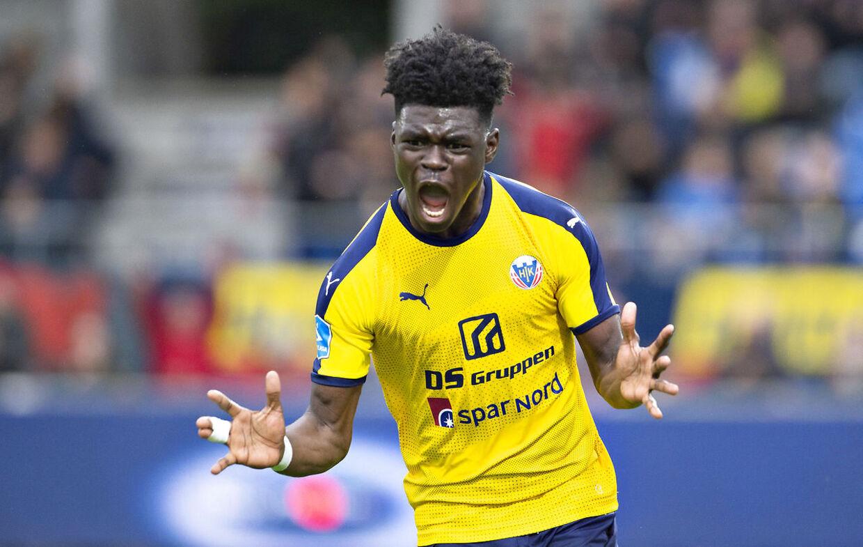 Emmanuel Sabbi, billedet, er på kontrakt i Superliga-klubben Hobro IK frem til udgangen af juni. Herefter fortsætter han karrieren i OB.