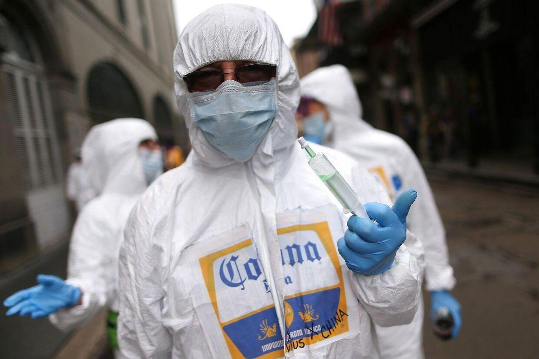 Profetisk på den uhyggelige måde. Til årets Mardi Grasfest i New Orleans var denne festdeltager klædt ud med coronabeskyttelsesdragt, ansigtsmaske og injektionssprøjte.