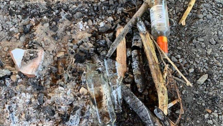Smadrede og tomme flasker lå flere steder i bålhytten torsdag morgen.