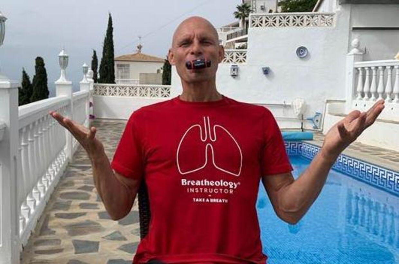 Stig Severinsen med Airfits træningsenhed til bedre vejrtrækning.