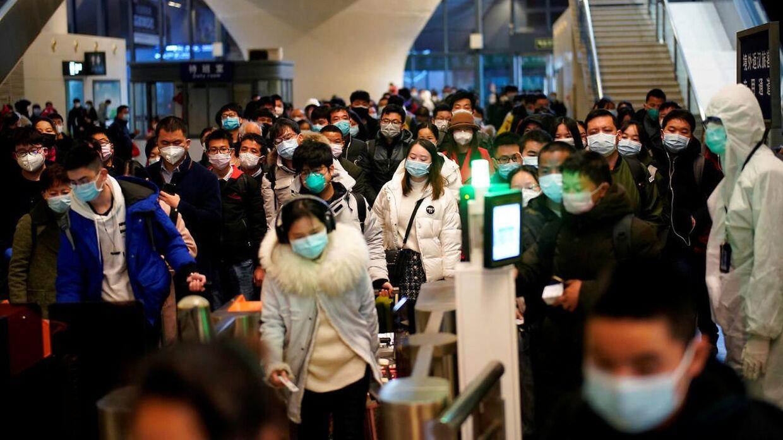 Nu er der igen mange mennesker på Wuhans togstation. Bemærk, at alle bærer ansigtsmaske.