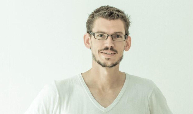 Kasper Holst Hansen er stifter af og direktør for hjemmesiden MatematikFessor.dk. Siden skolernes nedlukning for to uger siden er der sket massiv stigning i brugere af siden, da elever nu laver skolearbejde hjemmefra. Men samtidig er der kommet flere angreb mod hjemmesiden. Foto: Privat