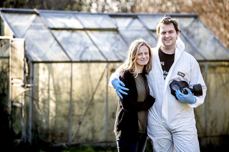 Ulrich Dethlef Húnfjörð Jørgensens kone, Heiðrún Björk Dethlef Húnfjörð, nægter at gå ud i samme udstyr. Derfor er det kun Ulrich, der handler for familien.