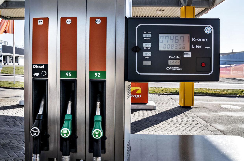Prisen på en liter benzin var i weekenden under ni kroner. Her en stander i Aalborg.
