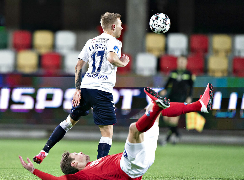 AGF's Jon Dagur Thorsteinsson mod Silkeborgs Kees Luijckx i 3F Superligakampen Silkeborg IF mod AGF på Jysk Park i Silkeborg, 9. marts 2020.. (Foto: Henning Bagger/Ritzau Scanpix)