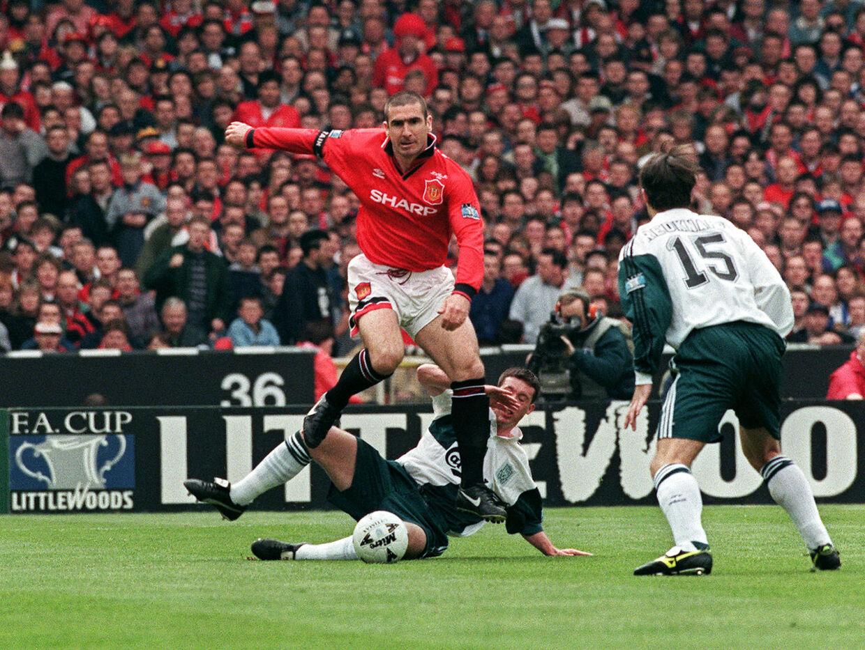 Eric Cantona ses her i aktion for Manchester United i en kamp mod Liverpool i 1996.