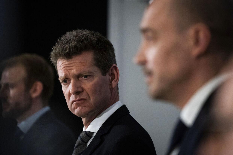 Søren Brostrøm, direktør i Sundhedsstyrelsen, lytter til sundheds- og ældreminister Magnus Heunicke under et af de utallige pressemøder, de sammen har afholdt under coronakrisen.