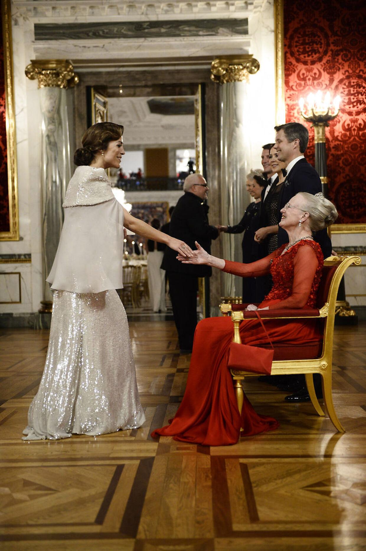 Maria Lucia hilser på Dronning Margrethe under kulturbal på Christiansborg Slot i 2016.