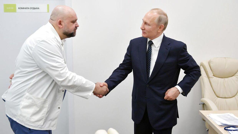 Vladimir Putin og Denis Protsenko giver hånd under et møde den 24. marts.