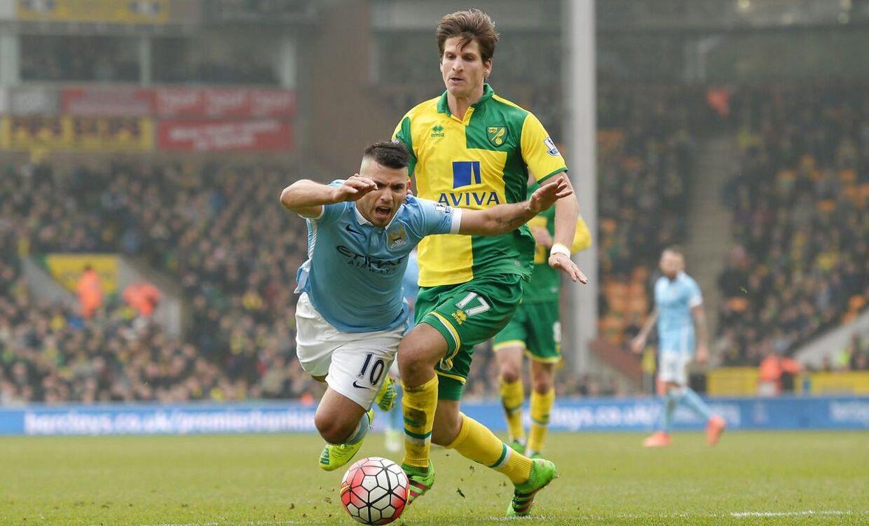 Timm Klose (th.) i duel med Manchester Citys Sergo Agüero.