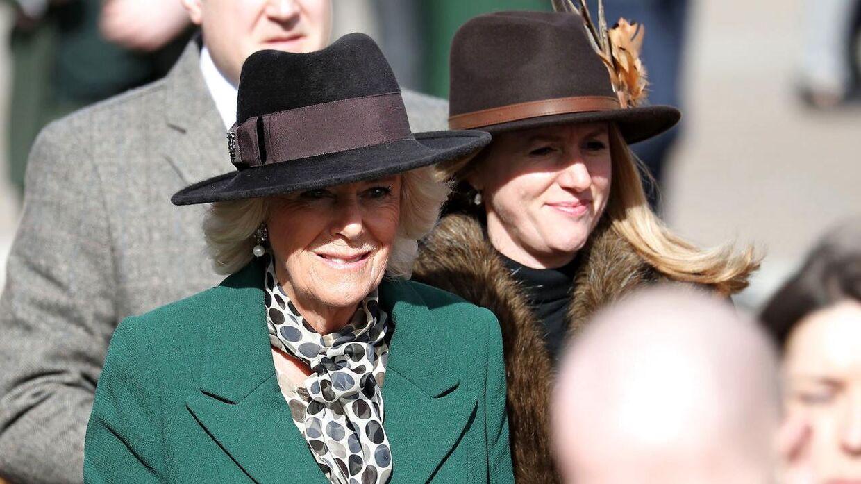Andres Parker Bowles' ekskone, Camilla, der i dag er gift med prins Charles, ankommer her til festivalen.