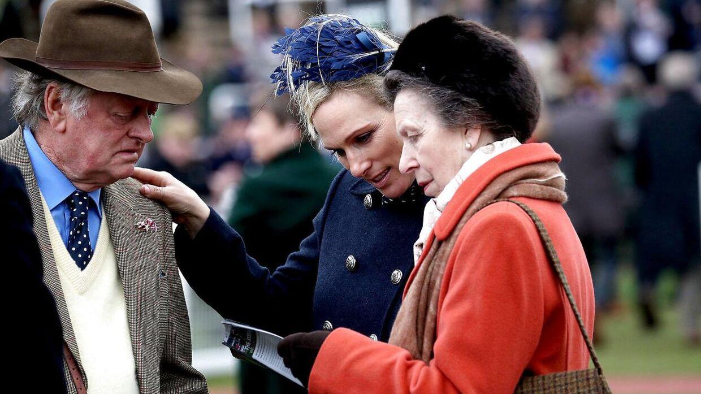 Andrew Parker Bowles ses her med prinsesse Anne og hendes datter, Zara Tindall, under festivalen.