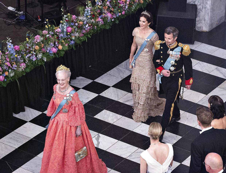 Kongehusets medlemmer lever for tiden et adskilt liv. Mens dronningen bor på Fredensborg for tiden, holder kronprinsparret og prins Joachim og prinsesse Marie til på Amalienborg i deres respektive boliger.