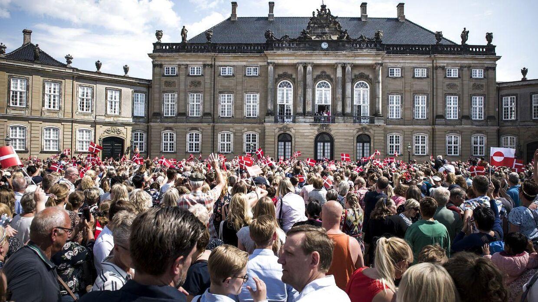 Pladsen ude foran Amalienborg kommer ikke til at være fyldt med danskere og tusindvis af flag, når Dronningen i år fylder 80 år. Det skyldes coronakrisen.