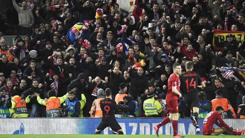 Alvaro Morata fejrer sit mål med de medrejsende fans fra Spanien. På dette tidpsunkt havde den spanske regering forbudt forsamlinger på mere end 1.000 personer. Kampen med spillet i Liverpool.