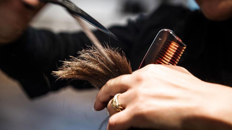 Nogle kunder forsøger at få deres frisør til at klippe den derhjemme under coronakrisen, men det advarer flere fagfolk nu imod. (Arkivfoto)