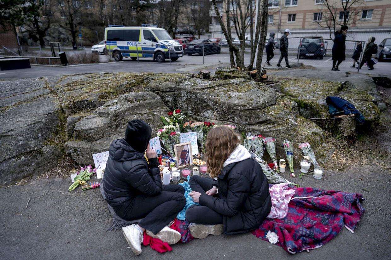 De 350 elever på skolen ved Gøteborg sørger blandt andet ved den særlige mindeplads, som skolen har lavet nær gerningsstedet.