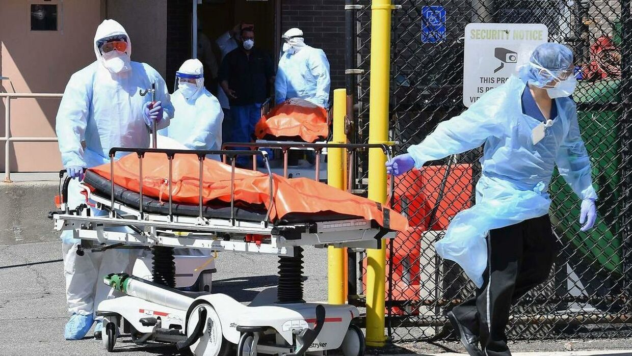 Afdøde bliver fjernet fra et hospital i New York-bydelen Brooklyn af sundhedshedspersonale. Coronavirus har ramt byen hårdt.