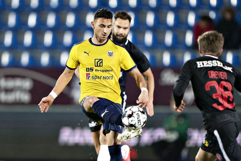 I skrivende stund ligger Edgar Babayan (i gult) og Hobro nummer 12 i Superligaen.